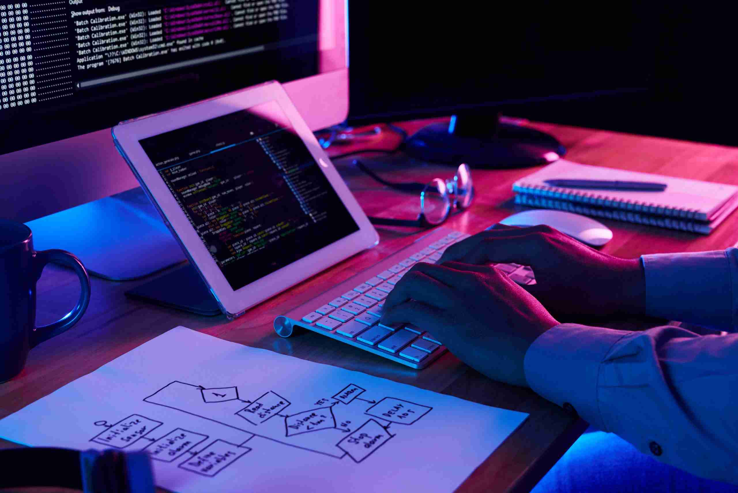 close-up-image-of-programer-working-at-his-desk-in-office-min